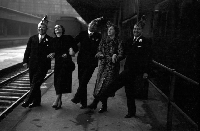 Die Prinzessin der Mainzer Fastnacht 1938, Hildegard Kühne, tanzt zusammen mit Offiziellen der Fastnacht auf dem Bahnsteig. Carnival princess Hildegard Kuehne dancing together with some officials of carnival at the central station, 1938.