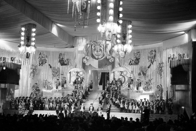 Die Stadthalle in Mainz, bereit zur Prinzenproklamation 1938. Mainz main event hall, ready for the carnival highnesses, 1938.